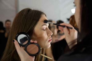backstage tips hair makeup 300x200 ترفندهای آرایشی که تا به حال ندیدهاید